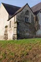 Eglise Saint-Golven et son calvaire - Français:   La sacristie, ancienne chapelle seigneuriale, se dresse entre l\'abside et le bras du transept.