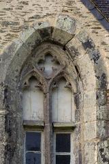 Eglise Saint-Golven et son calvaire - Français:   Le réseau de cette baie géminée possède un œil-de-bœuf à quatre lobes.
