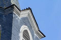 Eglise Saint-Golven et son calvaire - Français:   Clocher couvert d\'ardoises et corniche en bois mouluré.