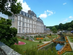 Château de l'Hermine - This building is indexed in the Base Mérimée, a database of architectural heritage maintained by the French Ministry of Culture,under the reference PA00091775 .