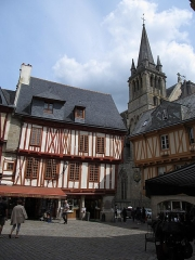 Maison - This building is inscrit au titre des monuments historiques de la France. It is indexed in the base Mérimée, a database of architectural heritage maintained by the French Ministry of Culture,under the references PA00091790   and PA00091791 .