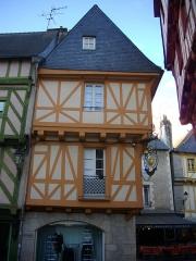 Maison - Français:   Maison, 1 place Henri-IV à Vannes (Morbihan, France), façade place Saint-Pierre