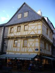 Maison - Français:   Maison au n°5, place Henri IV à Vannes (Morbihan, France)