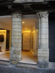 Maison - Français:   Maison au n°10 rue Saint-Salomon à Vannes (Morbihan, France), piliers en entrée