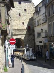 Anciens remparts - Petit train touristique sous la Porte Prison, remparts de Vannes (Morbihan, France)