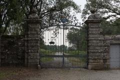 Château de la Grée de Callac (également sur commune d'Augan) - Français:   Château de la Grée de Callac: portail principal sur la D 118A.