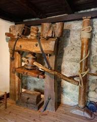 Moulin à papier de Richard-de-Bas - Română: Moulin à papier Richard de Bas à Ambert, dans le Puy-de-Dôme: presse à papier. Intérieur du corps de logis, abritant l'habitation reconstituée des propriétaires du moulin et de leurs ouvriers.