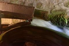 Moulin à papier de Richard-de-Bas - Română: Moulin à papier Richard de Bas à Ambert, dans le Puy-de-Dôme: roue à aubes du corps de logis, fournissant l'énergie pour les piles à maillet qui broient le papier.