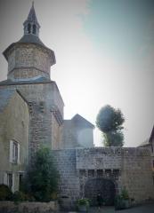 Beffroi - Français:   Besse-et-Saint-Anastaise (Puy-de-Dôme, France), la tour qui surmonte la porte du Meze