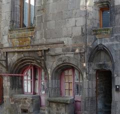 Maison des Boucheries - Français:   La Maison des Boucheries, du 15e siècle est la seule qui ait conservé à son rez-de-chaussée un ensemble de boutiques. Au Moyen-Age, la rue des Boucheries était celle dans laquelle se trouvaient les boutiques des bouchers qui donnait sur la Place du Docteur Pipet à Besse-et-Saint-Anastaise (Puy-de-Dôme).