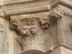 Eglise Saint-Cerneuf - Français:   Chapiteau de l\'ébrasement droit du portail nord de l\'église Saint-Cerneuf de Billom (63).