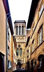 Eglise Saint-Cerneuf - Français:   Eglise Saint Cerneuf, vue de la porte de l\'Evêque. Billom. Puy-de-Dôme