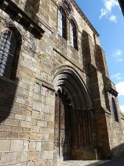 Eglise Saint-Cerneuf - Français:   Façade occidentale de l\'église Saint-Cerneuf de Billom (63).