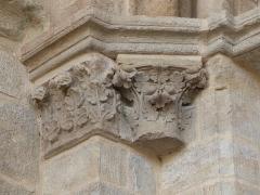 Eglise Saint-Cerneuf - Français:   Chapiteaux de l\'ébrasement gauche du portail nord de l\'église Saint-Cerneuf de Billom (63).