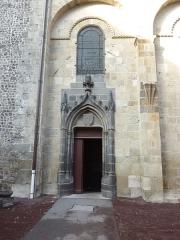 Eglise Notre-Dame-du-Port - English: Basilique Notre-Dame du Port in Clermont-Ferrand. Right side entry.