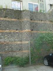 Temple de Vasso Galate (murailles dites des Sarrasins) - English: Wall of the Saracens, last remaining wall of the Temple of Vasso Galate. Clermont-Ferrand, France.
