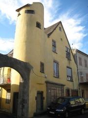 Immeuble - Français:   Maison à Combronde, tour et portail inscrits aux monuments historiques