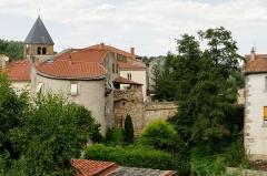 Vieux pont du 14e siècle sur la Couze - Français:   Vue de Coudes, Puy-de-Dôme, Auvergne, France, incluant un pont du XIVe siècle sur la Couze classé monument historique.