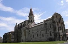 Eglise Saint-Victor-et-Sainte-Couronne - Français:   Façade occidentale et flanc septentrional de la collégiale Saint-Victor et Sainte-Couronne d\'Ennezat (63).