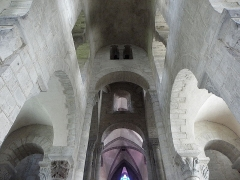 Eglise Saint-Victor-et-Sainte-Couronne - Français:   Voûtes de la nef du transept et du chœur de la collégiale Saint-Victor et Sainte-Couronne d\'Ennezat (63). Au centre de l\'image: deux des arcs diaphragmes de la croisée du transept