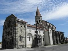 Eglise Saint-Victor-et-Sainte-Couronne - Français:   Façade occidentale et flanc méridional de la collégiale Saint-Victor et Sainte-Couronne d\'Ennezat (63).