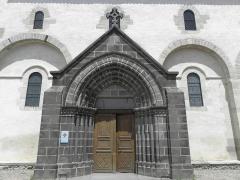 Eglise Saint-Victor-et-Sainte-Couronne - Français:   Portail méridional de la collégiale Saint-Victor et Sainte-Couronne d\'Ennezat (63).