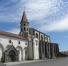 Eglise Saint-Victor-et-Sainte-Couronne - Français:   Flanc méridional de la collégiale Saint-Victor et Sainte-Couronne d\'Ennezat (63).
