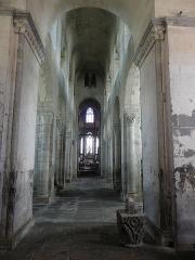 Eglise Saint-Victor-et-Sainte-Couronne - Français:   Nef de la collégiale Saint-Victor et Sainte-Couronne d\'Ennezat (63).