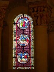 Eglise Saint-Nectaire - Français:   Vitrail et chapiteau, Église de Saint-Nectaire, Saint-Nectaire, Puy-de-Dôme, France