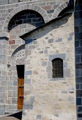 Eglise Saint-Nectaire - Français:   Détail de l\'architecture de l\'église de Saint-Nectaire et couleurs des pierres.