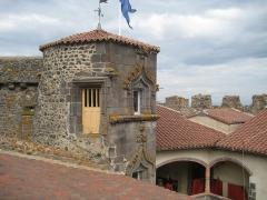 Château fort de Tournoël - Français:   Château de Tournoël, tour renaissance, chapelle (droite), donjon carré (gauche), vu du chemin de ronde