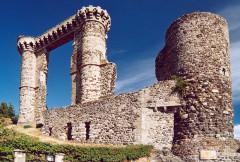 Ruines du château et terrain qui entoure ces ruines -