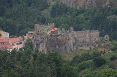 Restes du Château fort - Français:   Chateau d\'Arlempdes depuis le camp d\'Antoune