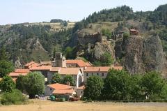 Restes du Château fort - Français:   Château et village d\'Arlempdes
