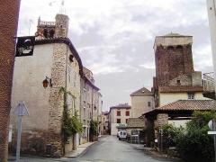 Ancien château de Mercoeur - English: Blesle (Haute-Loire) rue avec la Tour de l'ancien château de Mercoeur