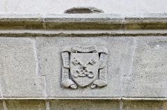 Eglise Saint-Pierre - Français:   Les armoiries sur le portail de l\'église Saint-Martin, Blesle