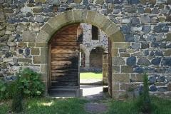 Prieuré - English: Priory of Chanteuges (Prieuré de Chanteuges), France. Cloister. West side gate.