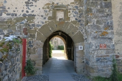 Prieuré - English: Priory of Chanteuges (Prieuré de Chanteuges), France. Gatehouse. North side (exterior of the priory's walls).