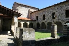 Prieuré - English: Priory of Chanteuges (Prieuré de Chanteuges), France. Cloister. View from the SW corner.