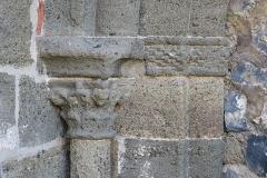 Prieuré - English: Priory of Chanteuges (Prieuré de Chanteuges), France. Cloister. Romanesque portal on the South gallery, yielding to the church. Left capital.