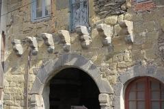 Porte de ville - English: Langeac (France). Medieval city gate on rue des Bouchers (Butchers' street). Machicolations.