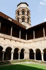 Ancienne abbaye Saint-André-de-Lavaudieu - Français:   Vue du cloître et du clocher de l\'église abbatiale de l\'ancienne abbaye Saint-André de Lavaudieu, Haute-Loire.