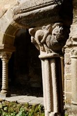 Ancienne abbaye Saint-André-de-Lavaudieu - Français:   Chapiteau sculpté du cloître de l\'ancienne abbaye Saint-André de Lavaudieu, Haute-Loire.