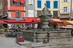 Fontaine du Plot, dite de la Bedoyre - Deutsch: Le Puy-en-Velay - Brunnen du Plot: Die Stadt Le Puy-en-Velay liegt in der Region Auvergne-Rhône-Alpes, Frankreich.
