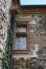 Prieuré-Château - English: Saint-Arcons-d'Allier (France). Fortified priory. Facade on the Allier River side. Mullioned window.