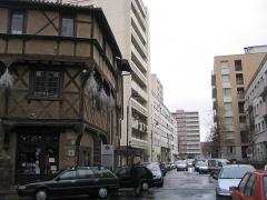 Maison -  La rue Gambetta, à Cusset. Une partie de la vieille ville fut détruite pour construire des immeubles. A part of the old city was destroyed to build block of flats.