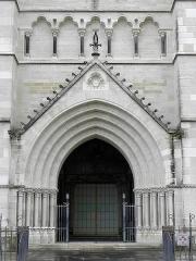 Cathédrale Notre-Dame - Français:   Cathédrale Notre-Dame de l\'Annonciation de Moulins (03). Façade occidentale. Portail médian.