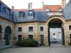Hôtel de Mora, actuellement musée de l'illustration jeunesse - English: Hôtel de Mora Inside court Moulins