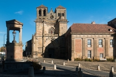 Prieuré bénédictin de Souvigny -  Gothic façade built in front of the facade of the Romanesque church in the Cluniac style situated at the level of the two square towers.