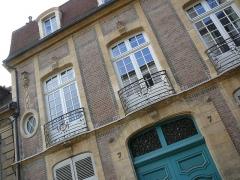 Hôtel particulier - English: Hôtel particulier second floor windows 7 rue Diderot Moulins